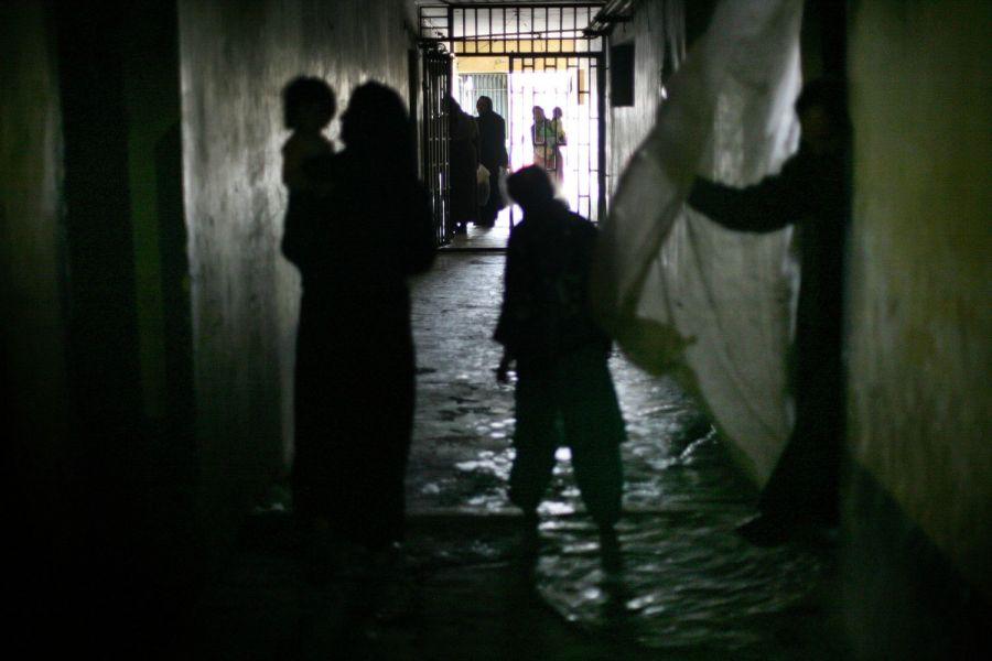 3) Женщины-заключенные со своими детьми идут вдоль коридора тюремного корпуса кабульской тюрьмы Пул-и-Чаркхи. (AP Photo/David Guttenfelder)