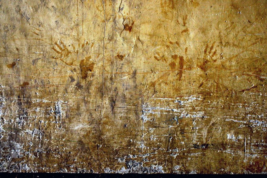 5) Отпечатки рук и следы, оставленные на стене детьми женщин-заключенных в камере кабульской тюрьмы Пул-и-Чаркхи. (AP Photo/David Guttenfelder)