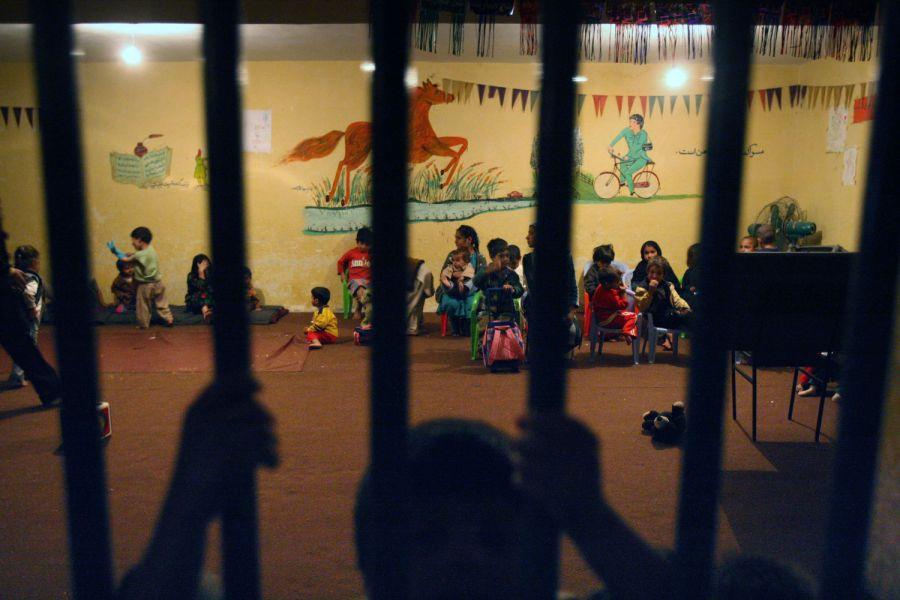 7) Дети женщин-заключенных на утреннем занятии внутри тюремной камеры, которую превратили в детский сад. Снимок сделан в кабульской тюрьме Пул-и-Чаркхи. (AP Photo/David Guttenfelder)