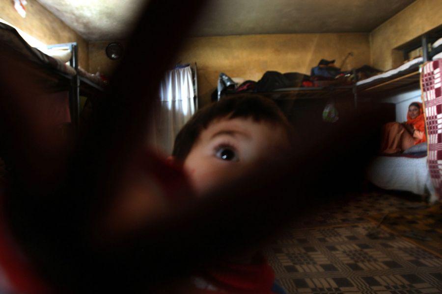 """10) Полуторагодовалый Мансур пытается ударить всех, кого видит рядом с собой. Снимок сделан в тюремной камере его матери. Мать Мансура, 32-летняя Факира уже отсидела больше двух лет из восьми лет тюремного заключения за побег из дома. """"Я плачу каждый день, потому что не могу выпустить своего сына из камеры из-за того, что он всех бьет. Другие дети учат его плохому. Я не могу дать ему хорошее воспитание в тюрьме.» (AP Photo/David Guttenfelder)"""