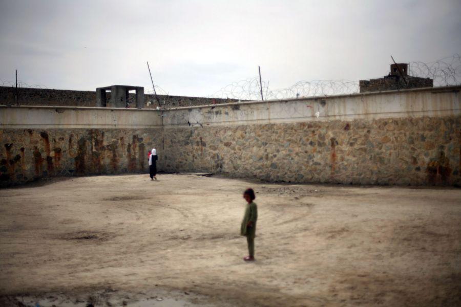 11) Заключенная гуляет со своим ребенком,  в то время как дочка другой заключенной стоит рядом во дворе тюрьмы Пул-и-Чаркхи. (AP Photo/David Guttenfelder)