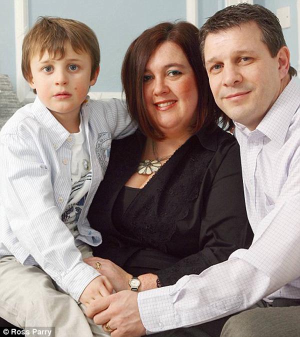 4. В 2 года Рубену Грейнджер-Миду (слева) поставили диагноз болезни, которую доктора сравнивают с постоянным похмельем. Она замедляет его рост, ослабляет его и учащает сердцебиение. Традиционная медицина не помогала. Тогда диетолог обнаружил, что Рубен почти не получает определенных аминокислот и витаминов. Его родители изменили его рацион, и теперь 8-летний мальчик идет на поправку. (Ross Parry Agency)