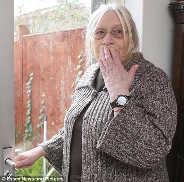 """5.  72 tahun Jean Driscoll mengatakan dalam sebuah wawancara «Daily Mail» Maret bahwa dua tahun tidak mungkin mengandung muntah tersebut.  Orang Inggris mengatakan bahwa dua dokter dan tiga rumah sakit tidak dapat menegakkan diagnosis dan menemukan obat untuk penyakit yang tidak lazim.  """"Aku punya tempat aku mau, karena saya merasa tidak nyaman - kata Jean.  - Orang-orang tertawa dan menatap saya """".  (Eastnews Press Agency Terbatas)"""