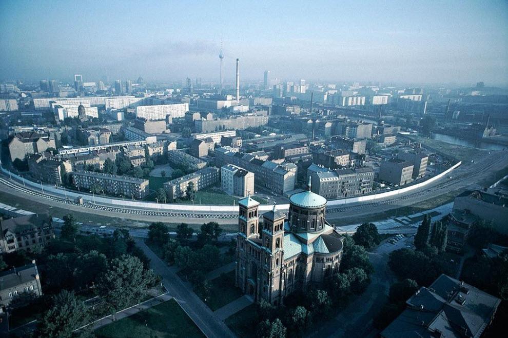 1. Вид с воздуха на разделенный Берлин, выходящий на церковь святого Томаса в западной части города, через Берлинскую стену на востоке, в 1981 году. (Keenpress, Getty Images)