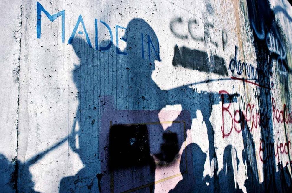 6. Американские солдаты в оборудованном пулеметом джипе, во время патрулирования Берлинской стены вдоль реки Шпрее в Кройцберге, Берлин, около 1981 года. (Keenpress, Getty Images)