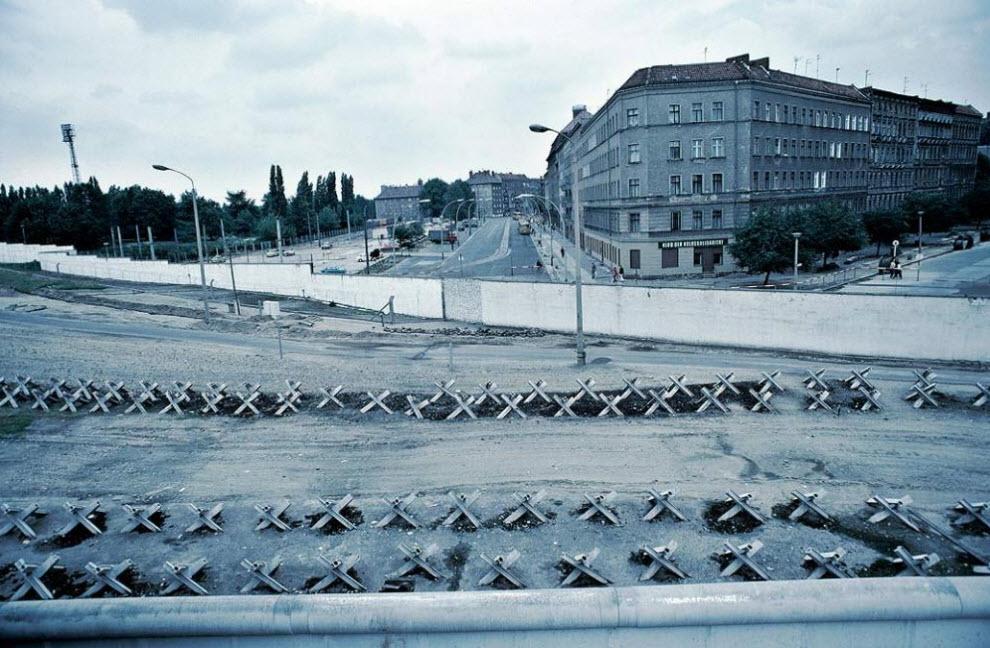 7. На этом фото 1981 года можно увидеть отрезок «смертельной полосы» между внешней и внутренней частями Берлинской стены. На отрезке используются караулы, прожекторы, ежи и более 100 км электрической проволоки для изоляции Восточного Берлина от западного. (Keenpress, Getty Images)