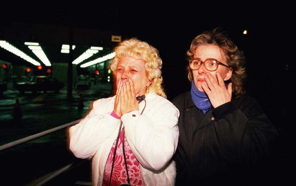 9. Женщины из Восточной Германии плачут от радости, пересекая границу на западе в контрольном пункте Чарли в ночь на 9 ноября 1989 года, во время падения Берлинской стены. (Tom Stoddart, Getty Images)