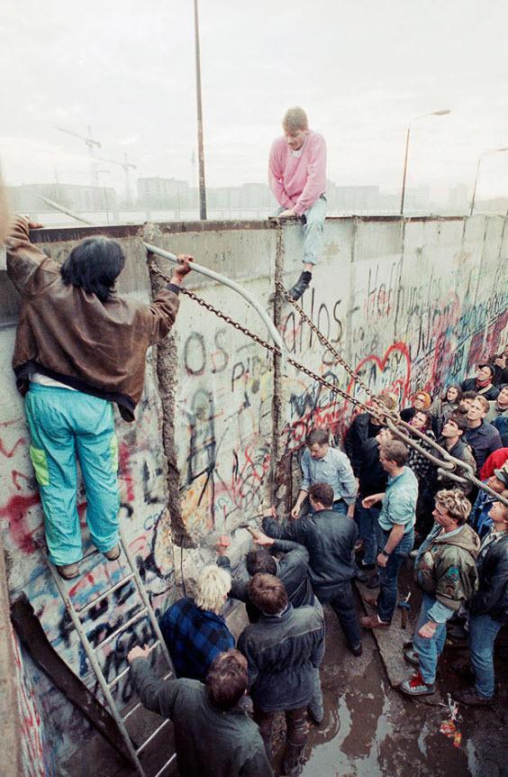 10. Демонстранты на западной стороне Берлинской стены пытаются снести часть стены недалеко от Бранденбургских ворот 11 ноября 1989 года. (Lionel Cironneau, AP)