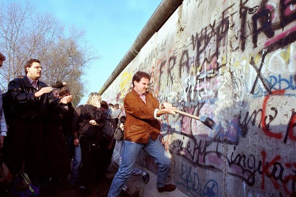 14. Житель Западного Берлина пытается разбить Берлинскую стену молотком рядом с площадью Потсдамер 12 ноября 1989 года. (John Gaps III, AP)