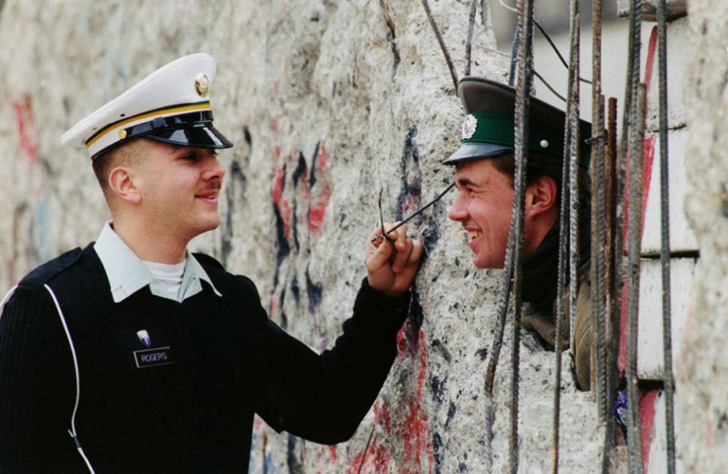 17 редких кадров из истории Берлинской стены