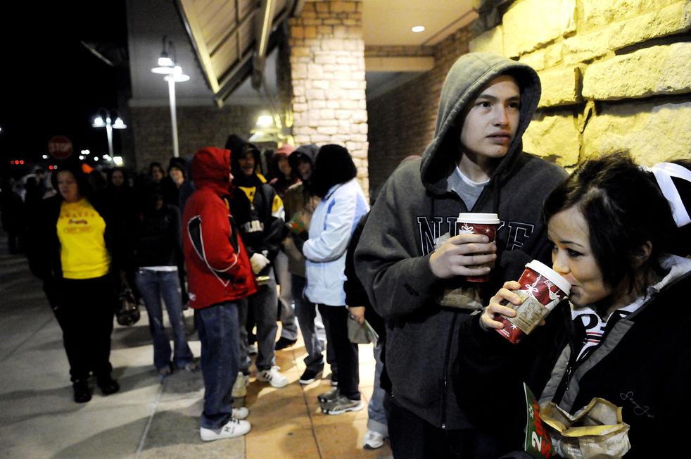 3. Сиерра Маростика (справа) и Ти Джей Ривера пьют горячий шоколад, стоя в очереди в магазин «Target» в пятницу 27 ноября в Грили, штат Колорадо. (The Daily Tribune / Eric Bellamy)