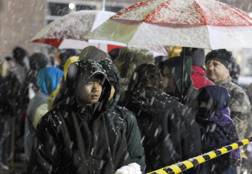 4. Сильный мокрый снег не остановил покупателей, образовавших очередь перед магазином «Best Buy» в Бэттл Крик, штат Мичиган, утром в пятницу 27 ноября. (The Battle Creek Enquirer / Kevin Hare)