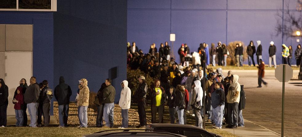 5. Люди выстроились в очередь, чтобы получить скидки «Black Friday» в магазине «Ultimate Electronics» в Денвере, штат Колорадо, в пятницу 27 ноября. (AP / Barry Gutierrez)