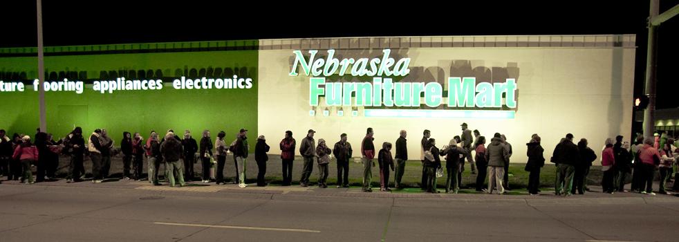 6. Покупатели образовали очередь у магазина «Nebraska Furniture Mart» в Омахе, штат Небраска, в черную пятницу 27 ноября. (AP / Nati Harnik)