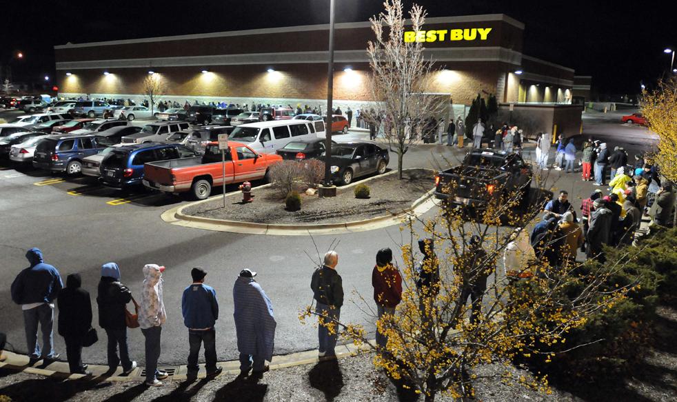 7. Покупатели ждут открытия магазина «Best Buy» в Оберн Хиллс, штат Мичиган, в пятницу 27 ноября. (The Detroit News / Charles V. Tines)