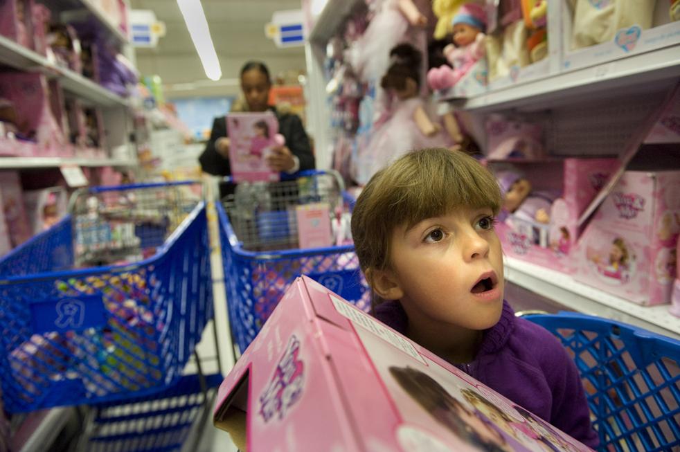 8. 8-летняя Дженни Нельсон из Арден Парк, Калифорния, выбирает куклу в магазине «Toys R Us». (The Sacramento Bee / Randy Pench)