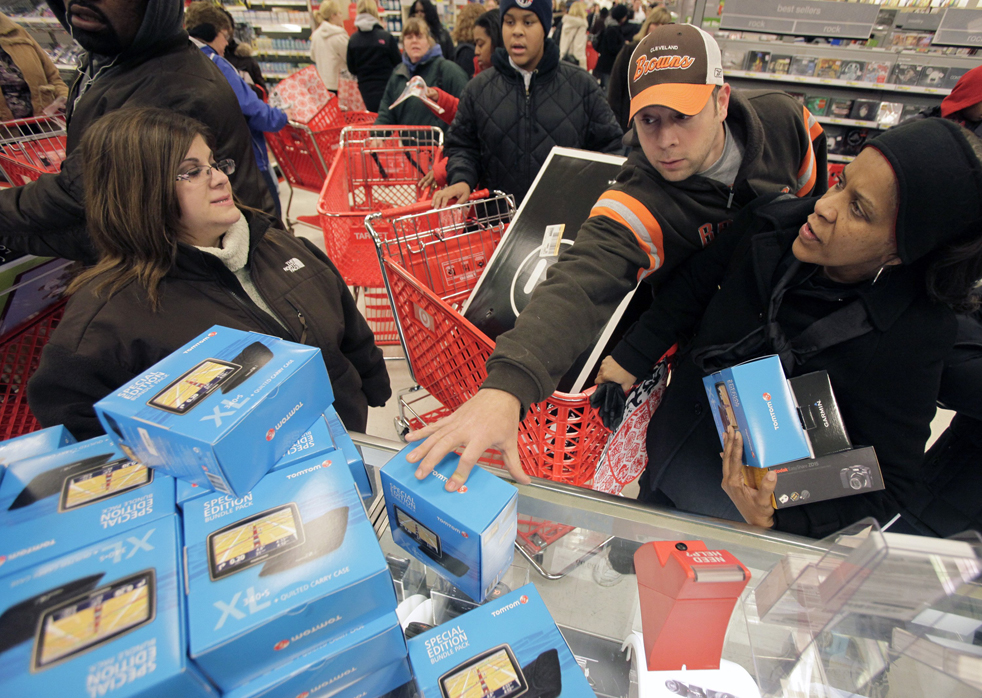 10. Клиенты тянутся за устройствами «Tom Tom GPS» во время распродажи в традиционную «черную пятницу» в магазине «Target» в Мэйфилд Хайтс, штат Огайо, утром 27 ноября. (AP / Amy Sancetta)