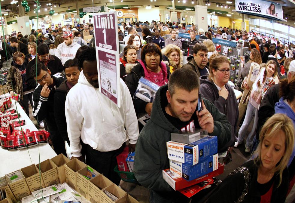 11. Покупатели стоят в очереди во время распродажи в «черную» пятницу» в магазине «Nebraska Furniture Mart» в Канзасе 27 ноября. «AP / Charlie Riedel»