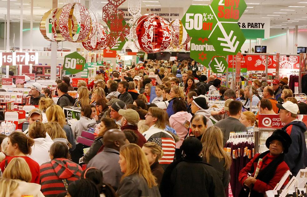 12. Толпа покупателей в поисках скидок в магазине «Target» в Кул Спрингс, штат Теннеси, покупает электронику, одежду и игрушки в пятницу 27 ноября. (The Tennessean / John Partipilo)