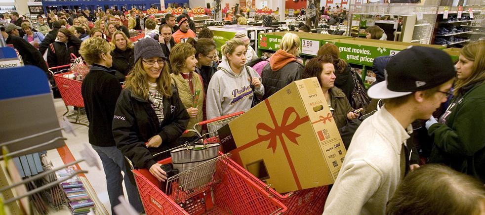 13. Уже через несколько минут после открытия магазина «Waterloo Super Target» в «черную пятницу» 27 ноября в Ватерлоо, штат Айова, его ряды были заполнены покупателями. (The Waterloo Courier / Rick Chase)