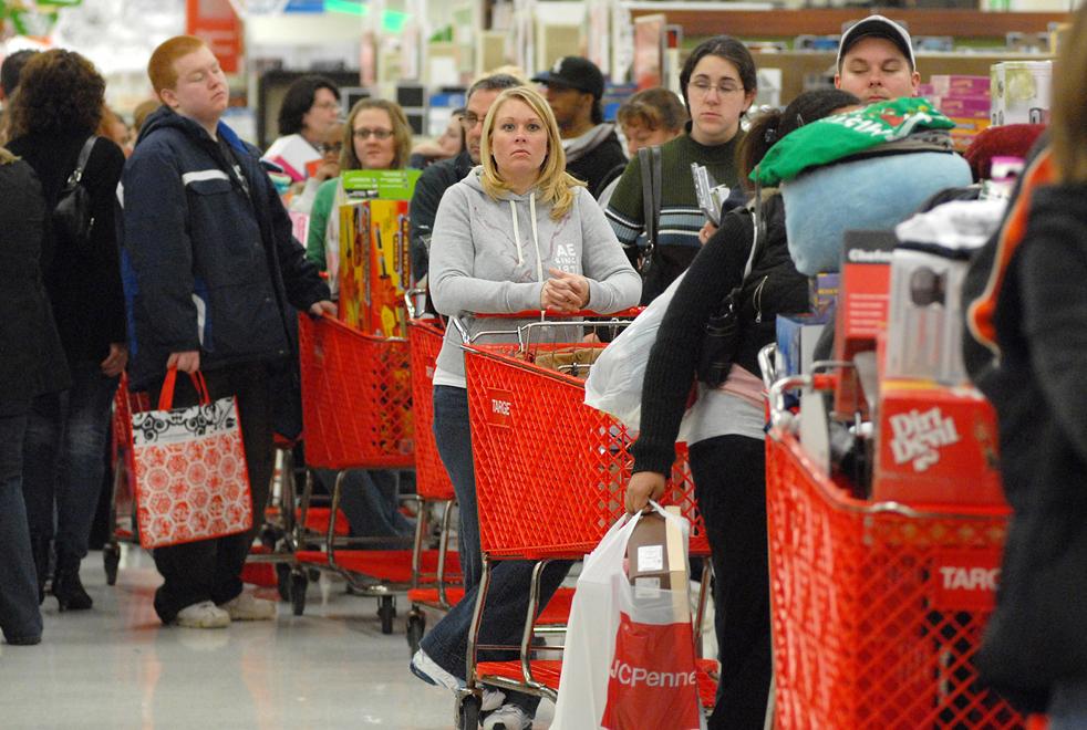 15. Покупатели терпеливо ждут в очереди в кассу магазина «Target» в «черную пятницу» 27 ноября в Нью-Хартфорде, Нью-Йорк. (Observer-Dispatch / Nicole L. Cventnic)