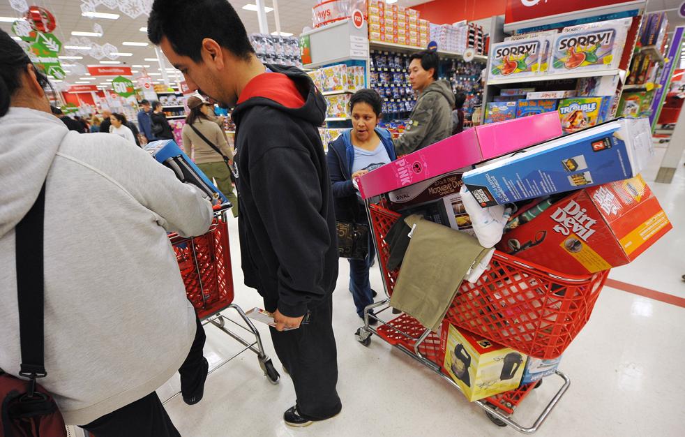 18. Покупатели ищут скидок в честь «черной пятницы» в магазине «Target» в Бурбанке, штат Калифорния, 27 ноября. (AFP / Getty Images / Robyn Beck)