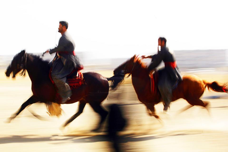2) Афганские игроки в бузкаши верхом на лошадях пытаются завладеть обезглавленным козлом 6 ноября в Кабуле. (Majid Saeedi/Getty Images)