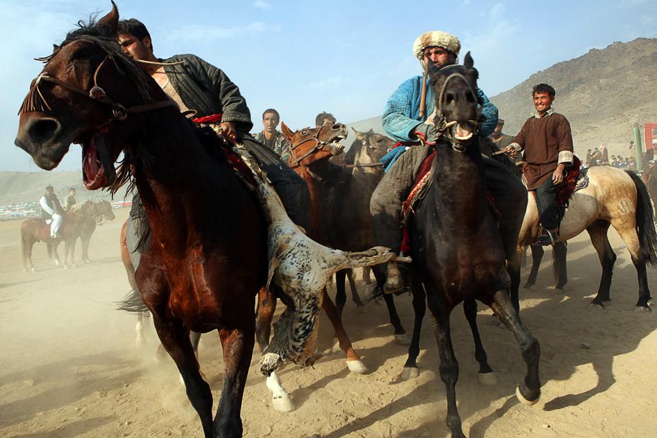 4) Согласно «Afghanistan Online», бузкаши – опасный вид спорта, но тренировки и связь между наездником и лошадью могут свести риск к минимуму. (Majid Saeedi/Getty Images)