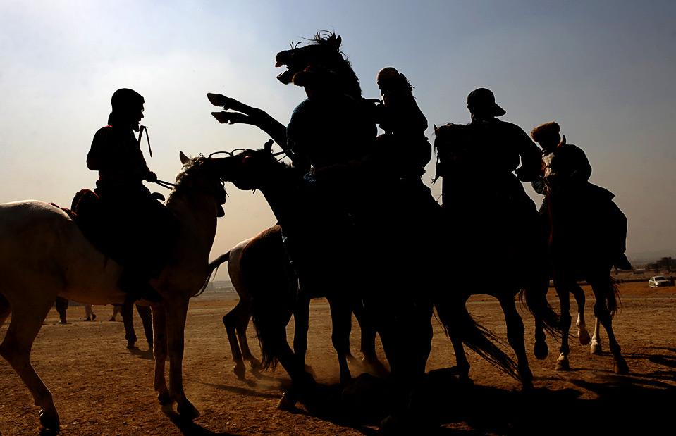 8) Для многих афганцев бузкаши – это образ жизни, в котором команда и общение особенно важны для достижения успеха. (MASSOUD HOSSAINI/AFP/Getty Images)