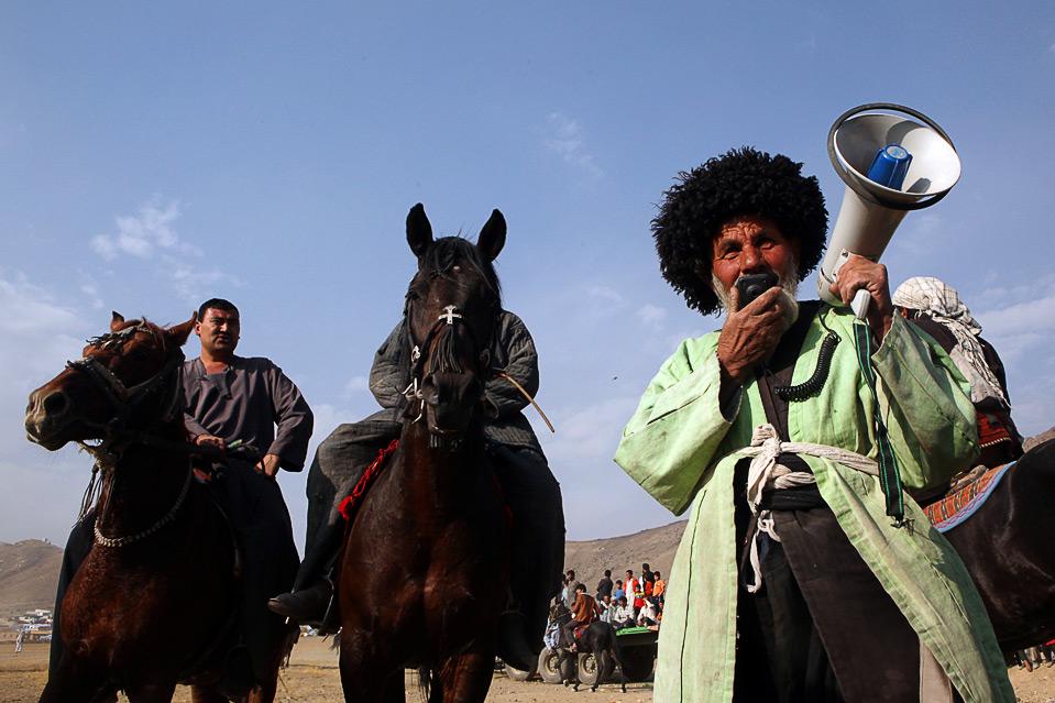 10) Согласно информации ресурса «Afghanistan Online», только самые опытные игроки – чапандаз – могут подобраться к телу козла. (Majid Saeedi/Getty Images)