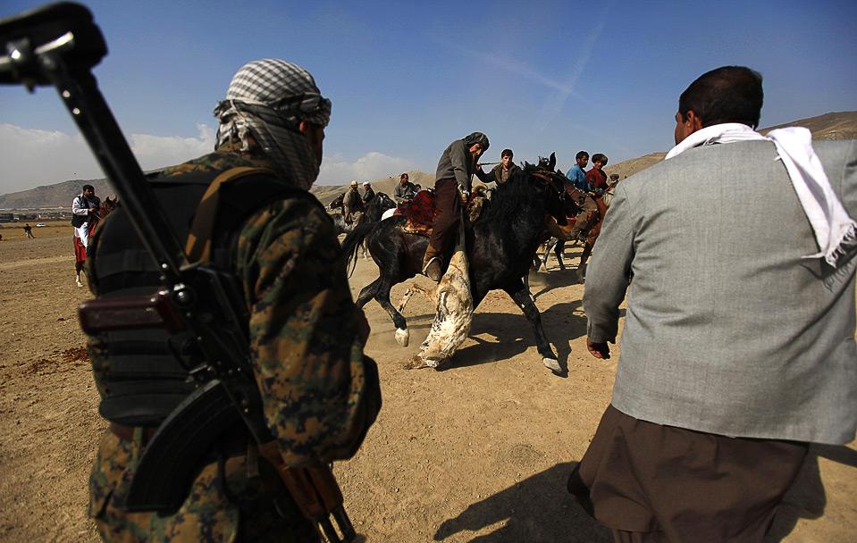 11) Военный наблюдает за соревнованием. (REUTERS/Jerry Lampen)