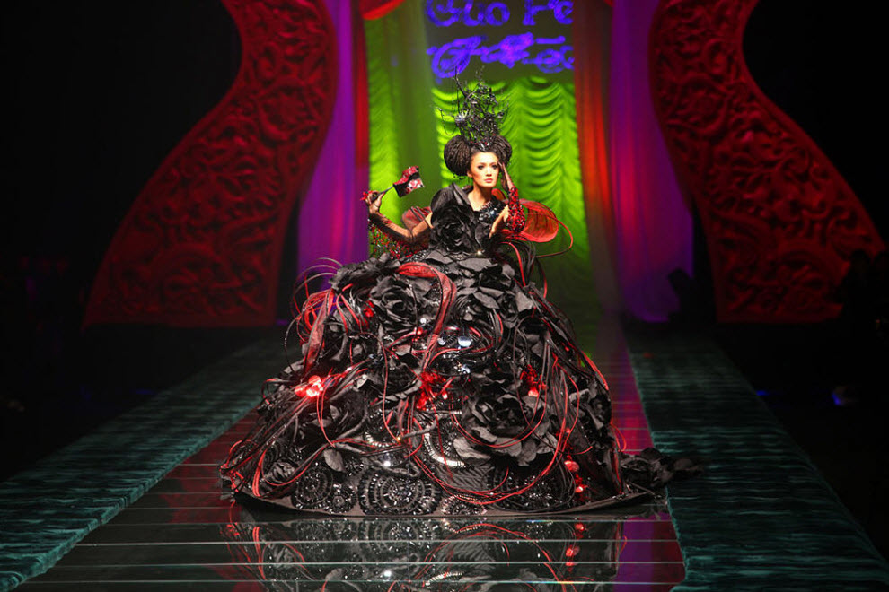 1. Модель идет по подиуму на показе школы дизайнеров «Роузстудио» 2010 на Китайской неделе моды 6 ноября в Пекине. (China Photos, Getty Images)