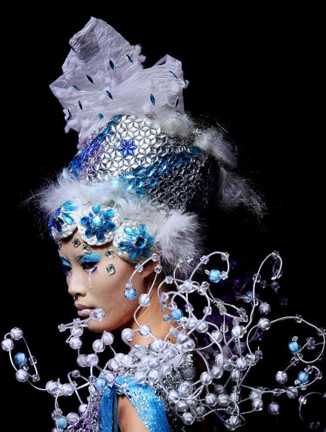 2. Наряд на этой модели был создан специально для конкурса «Eonfashion Award Colorful Cosmetic Design Contest 2009», который прошел на Китайской неделе моды 6 ноября в Пекине. (Feng Li, Getty Images)