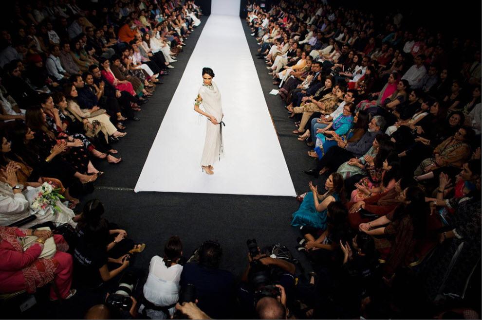 3. Пакистанская модель Мэрин Сайед в наряде пакистанского дизайнера Аднана Пердеси на четвертый день Недели моды в Пакистане 7 ноября в Карачи. Неделя высокой моды в Пакистане началась под угрозами безопасности. Организаторы уже дважды откладывали мероприятие, опасаясь терактов. В 4-дневном модном событии участвовало более 30 дизайнеров. Здесь были показаны лучшие творения мира моды в Пакистане. (Daniel Berehulak, Getty Images)