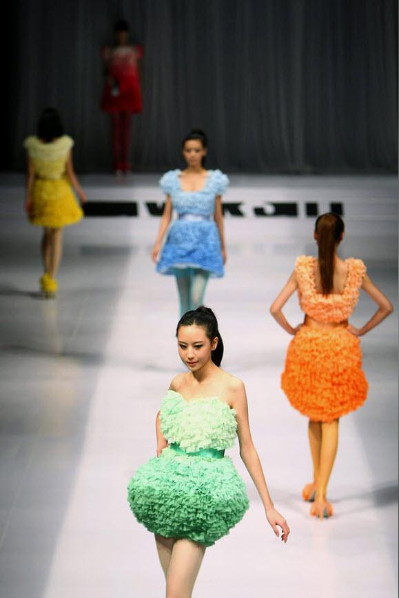 4. Модели на подиуме на шоу «BIFT-Raffles Graduation Show» на Китайской неделе моды 2010 9 ноября. (Feng Li, Getty Images)