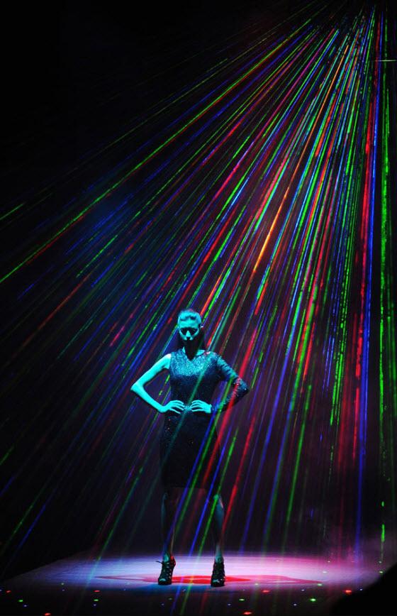 6. Яркий показ и визуальные эффекты на подиуме. На этой модели можно увидеть наряд индийского дизайнера Намрата Джошипура во время показа коллекции весна/лето 2010 на Индийской неделе моды в Нью-Дели 26 октября. (Prakash Singh, AFP / Getty Images)