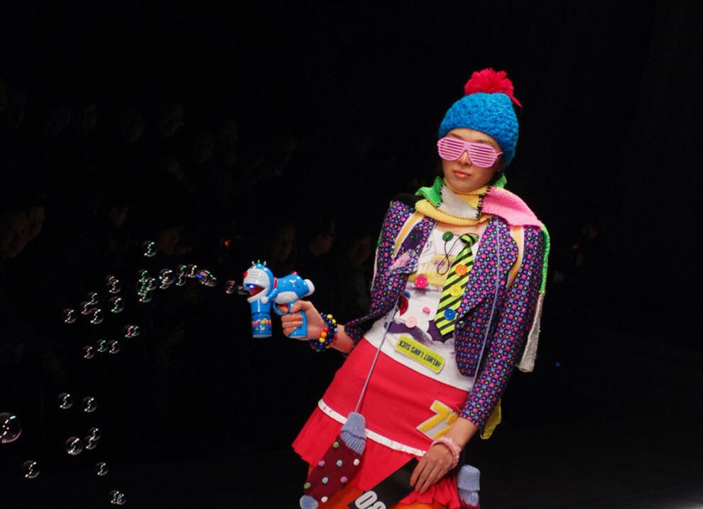 9. Модель демонстрирует творение молодого китайского дизайнера на финальном шоу Китайской недели моды в Пекине 9 ноября. На показе, проходящем дважды в год, демонстрируются последние коллекции китайских домов мод. (Wang Zhao, AFP / Getty Images)