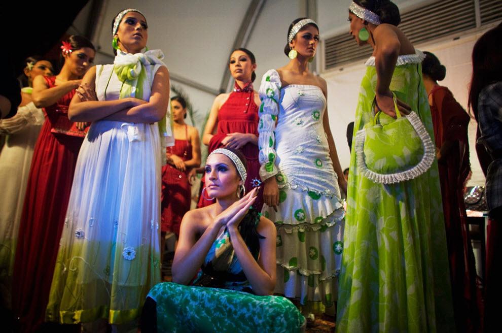 10. Пакистанские модели в одежде от дизайнера Самара Мехди готовятся к выходу на подиум в первый день Недели моды в Пакистане 4 ноября в Карачи. (Daniel Berehulak, Getty Images)