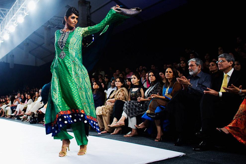 11. Пакистанская модель Ирай в наряде от пакистанского дизайнера Фаиза Сами на подиуме на четвертый день Пакистанской недели моды 7 ноября в Карачи. (Daniel Berehulak, Getty Images)