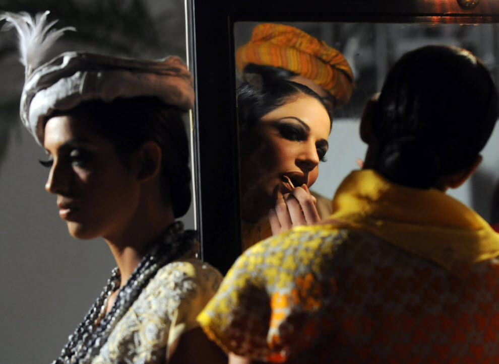 12. Пакистанские модели готовятся к выходу на подиум на Неделе высокой моды в Пакистане 5 ноября. Неделя моды продлилась до 7 ноября, начавшись на три недели позже, так как организаторы опасались терактов. Событие прошло в память о более чем 300 жертвах терактов исламских боевиков. На Неделе моды было представлено 32 дизайнера из Пакистана, поскольку зарубежных моделей и дизайнеров отпугнул риск терактов. (Rizwan Tabassum, AFP / Getty Images)