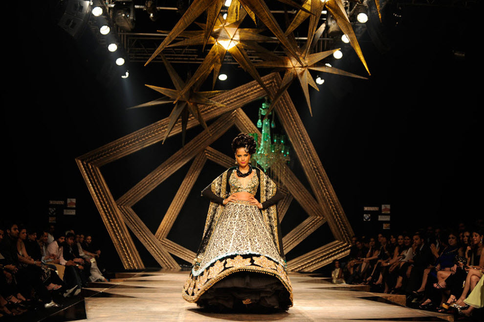 13. Модель демонстрирует творение индийского дизайнера Манава Гангвани на четвертый день Индийской недели высокой моды в Мумбаи 15 октября. В этом году в Индии проходит вторая Неделя высокой моды, длящаяся 5 дней. (Sajjad Hussain, AFP / Getty Images)