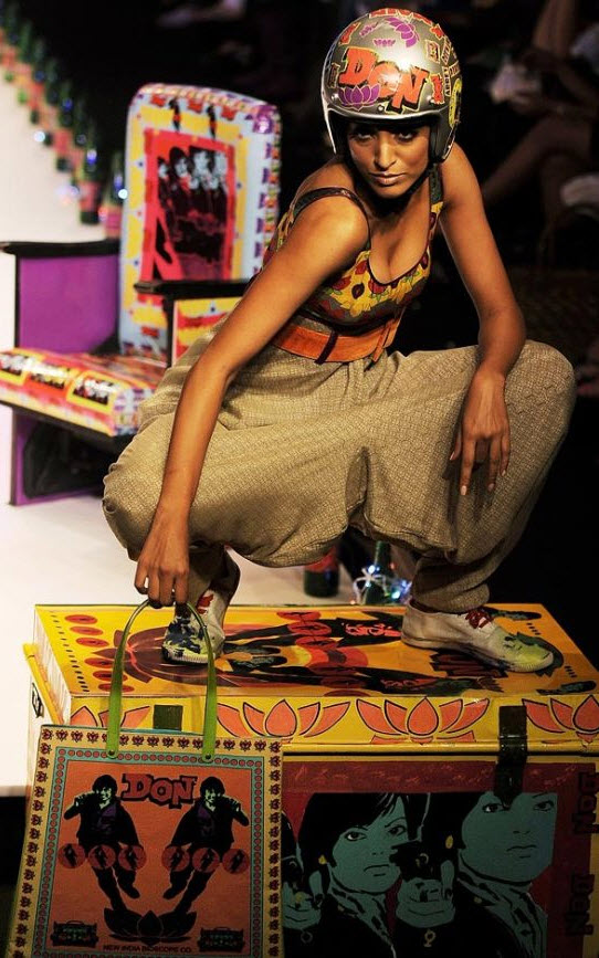 14. Модель демонстрирует наряд от индийского дизайнера Нида Махмуда на показе коллекции весна/лето 2010 Индийской недели моды 27 октября. Событие прошло с 24 по 28 октября. (Manan Vatsyayana, AFP / Getty Images)
