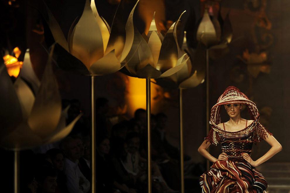15. На этой модели – наряд от индийского дизайнера Рохита Бала на финале Индийской недели моды в Нью-Дели 28 октября. (Manpreet Romana, AFP / Getty Images)