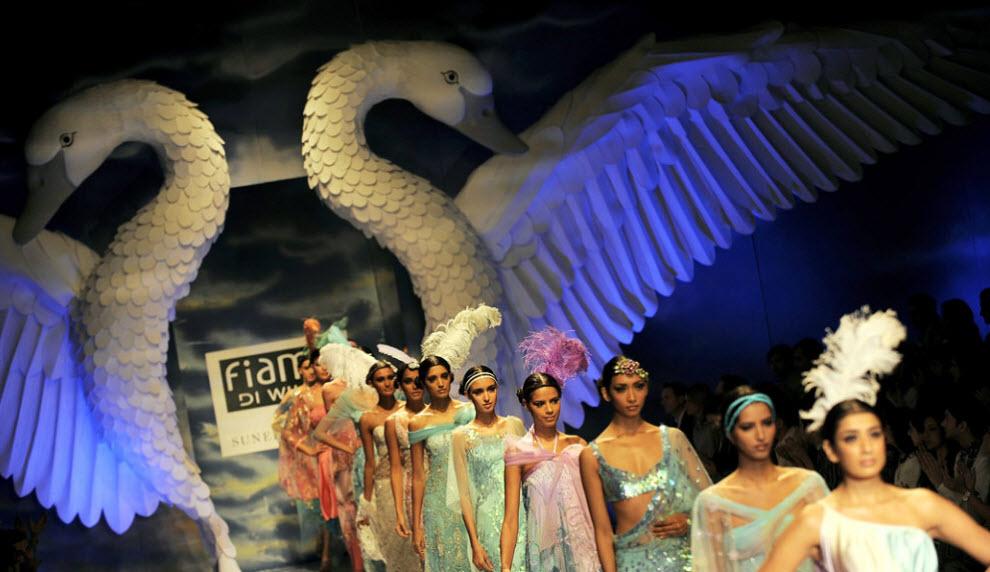 16. Модели демонстрируют наряды индийского дизайнера Санита Вармы на Индийской неделе моды в Нью-Дели 27 октября. Событие прошло с 24 по 28 октября. (Manan Vatsyayana, AFP / Getty Images)