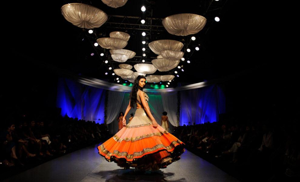 18. Модель демонстрирует творение индийского дизайнера Маниша Малхорта на третий день Индийской недели высокой моды в Мумбаи 14 октября. (Sajjad Hussain, AFP / Getty Images)