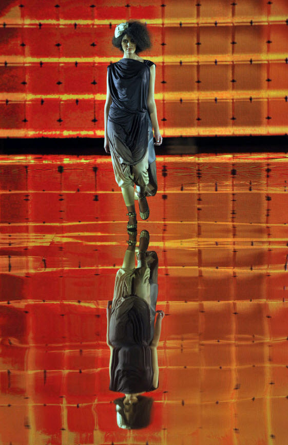 19. Модель демонстрирует творение из коллекции прет-а-порте украинского дизайнера Громовой на открытии Украинской недели моды 2009 в Киеве 15 октября. (Sergei Supinksy, AFP / Getty Images)