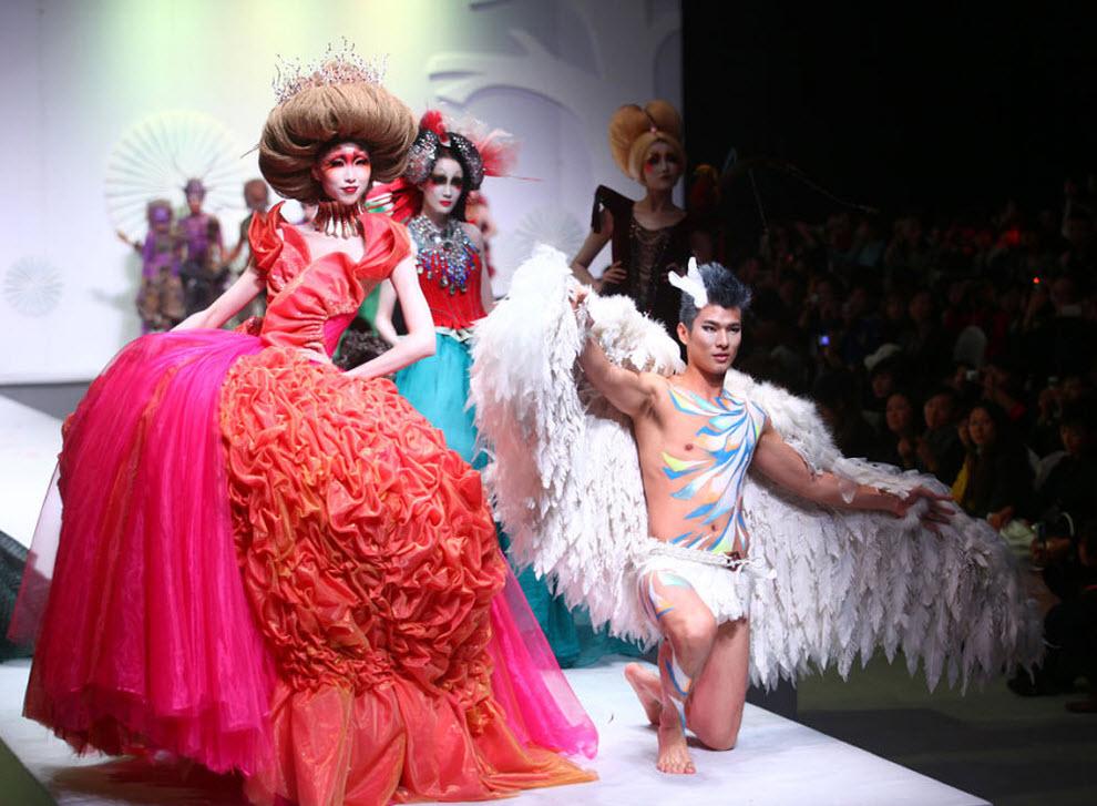 22. Модели демонстрируют творения китайского дизайнера Мао Гепина на красочном косметическом шоу на Китайской неделе моды 5 ноября в Пекине. (China Photos / Getty Images)