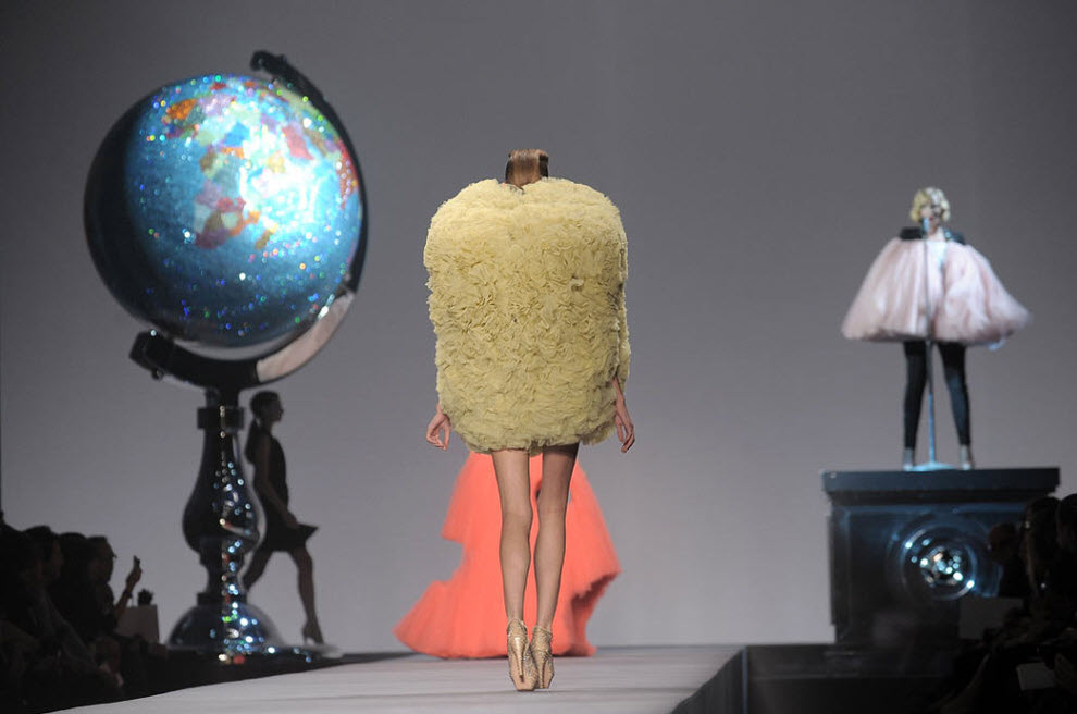 23. Модель на подиуме во время показа коллекции весна/лето 2010 от «Victor & Rolf» на Парижской неделе моды в зале «Espace Ephemere Tuileries» 3 октября в Париже. (Dominique Charriau, WireImage.com)