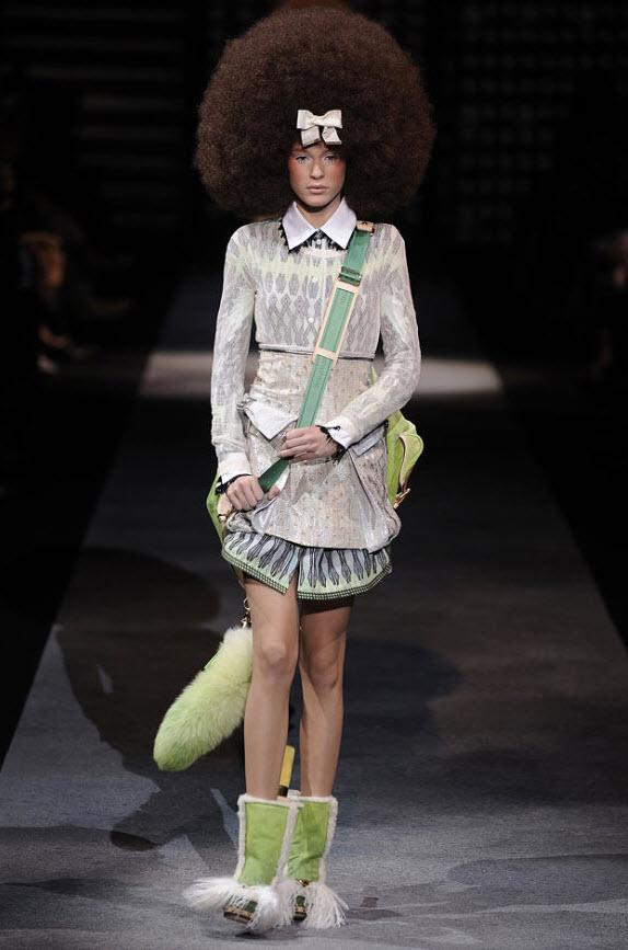 26. Модель на подиуме во время показа коллекции дома моды «Луи Виттон» на Парижской неделе женской моды сезона весна/лето 2010 в Париже 7 октября. (Chris Moore, Catwalking/Getty Images)