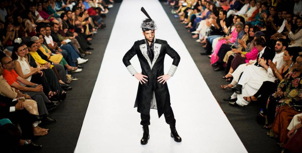 28. Модель в наряде пакистанского дизайнера Исмаила Фарида на подиуме на третий день Пакистанской недели моды 6 ноября в Карачи. (Daniel Berehulak, Getty Images)